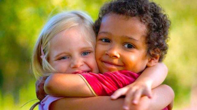 Conseguir-que-su-hijo-deje-de-abrazar-a-todo-el-mundo-686x385